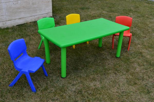 Sedie e tavoli per bambini: tavolo in plastica per bambini